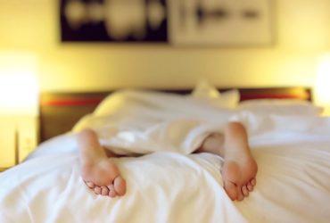 łóżko z palet podświetlane