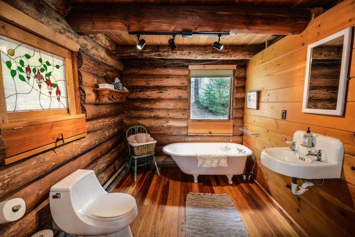 łazienka biało drewniana