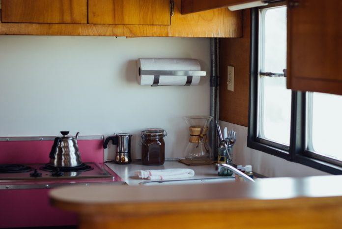 Mała Nowoczesna Kuchnia Z Oknem