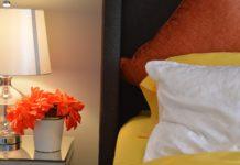 mała sypialnia z szafą
