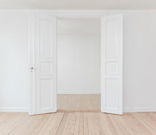 Czy białe drzwi to dobry wybór do każdego wnętrza