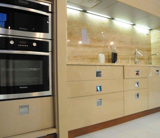 Panele szklane – pomysł na nowoczesną kuchnię
