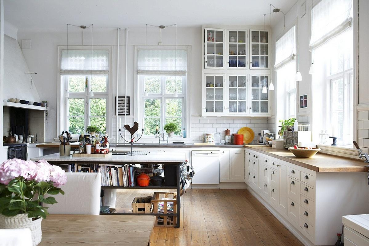 typowy-wystroj-kuchni-w-stylu-skandynawskim-drewniane-ramy-okien-i-drzi-szafek-w-kolorze-bialym