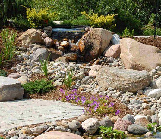 Ozdobne murki w ogrodzie z kamienia naturalnego - Ścieżka z piaskowca, otoczaków i tłucznia