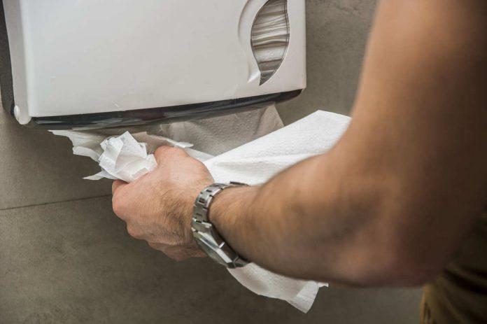 Ręcznik papierowy czy suszarka do rąk – co jest lepsze