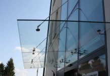 Nowoczesne zadaszenie wejścia w budynkach usługowych