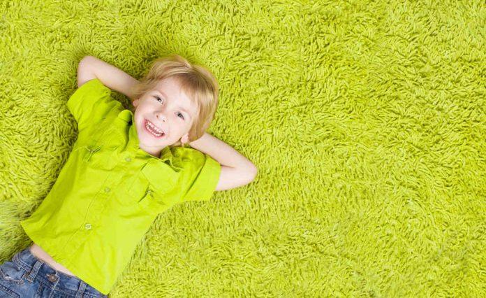 Zielony dywan w pokoju dziecięcym