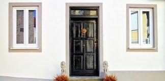 Drzwi z drewna jako modny element wykończenia wnętrz
