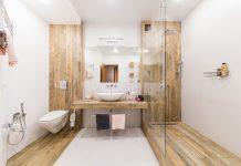 Płytki drewnopodobne w projekcie łazienki - jak układać i łączyć gres drewnopodobny?